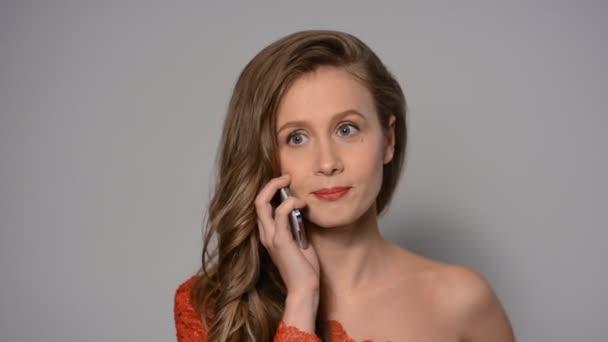 glückliche Frau Telefon im Gespräch