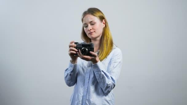 mosolygó fiatal lány bevétel mozi-val egy régi vintage kamera
