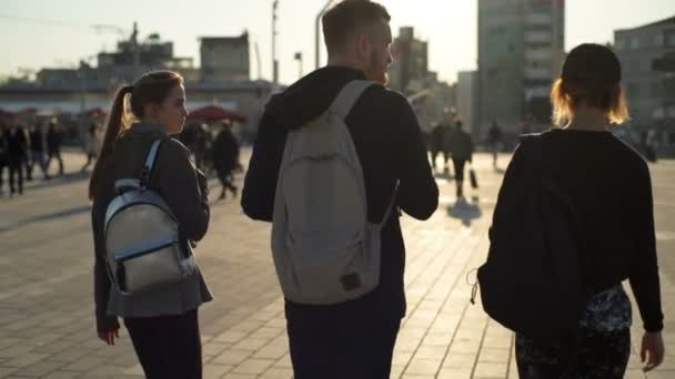fickó, között két lány séta tér lassú mozgás
