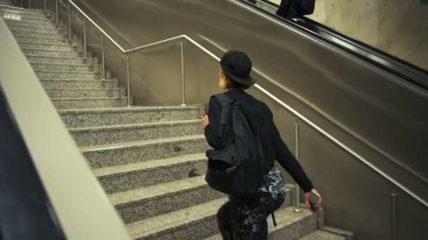 mladá žena sportive jde nahoru, místo toho používat eskalátor Zpomalený pohyb