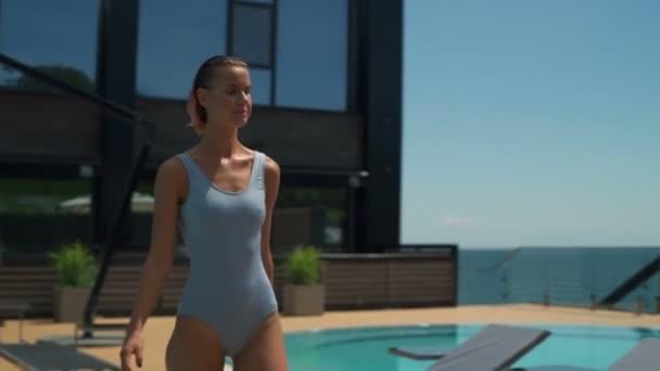 luxus hotel aqua zone lassú séta, vonzó nő