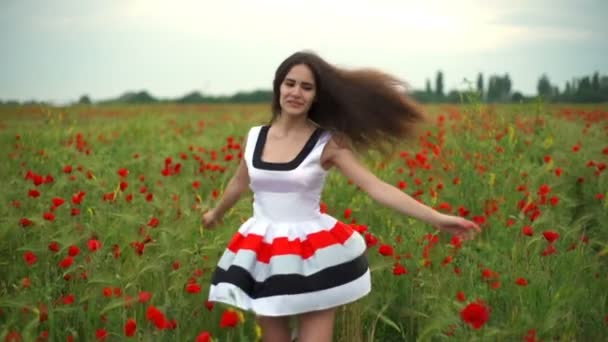 krásná žena točí kolem zpomaleně makové pole