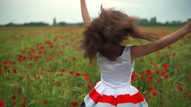 boldog nő körül forog a pipacs mező lassú mozgás