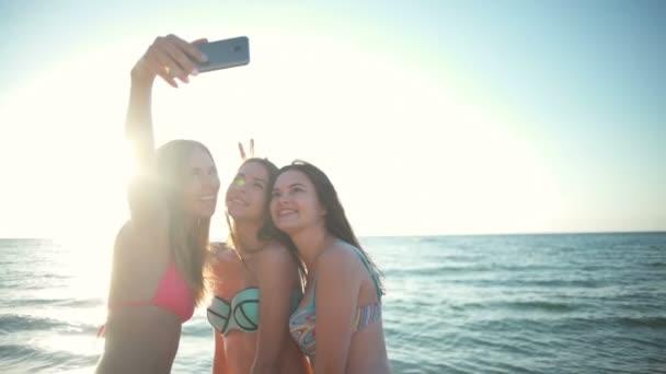 Tre Belle Ragazze In Bikini Prendendo Selfie Con Mare Al Rallentatore Di Sfondo