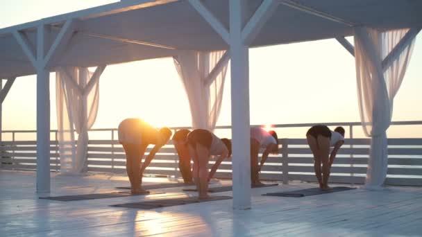 a terasz gyakorlat jóga a napsugarak dawn lassított emberek csoportja
