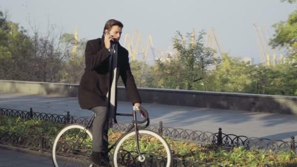 üzletember megállt a biciklivel beszélni, a telefonon