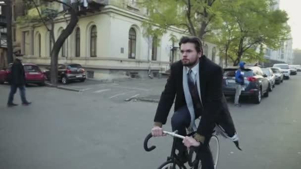 pohledný podnikatel, jízda na kole v centru Zpomalený pohyb