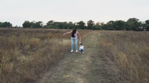 matka a dcera hraje na podzimní pole