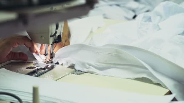 zblízka šicí stroj v procesu zpomalené
