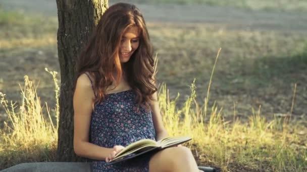 fiatal nő elolvassa a könyvet, az erdei lassú mozgás