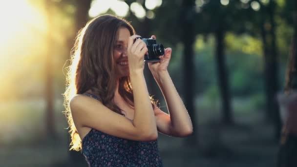 fiatal nő vesz egy régi lassú kameramozgás képek