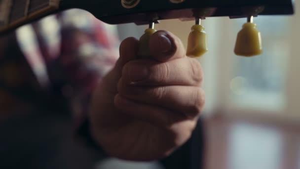 mužské ruky ladění closeup elektrická kytara
