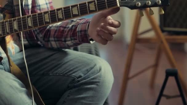 Mann, tuning e-Gitarre-Zeitlupe