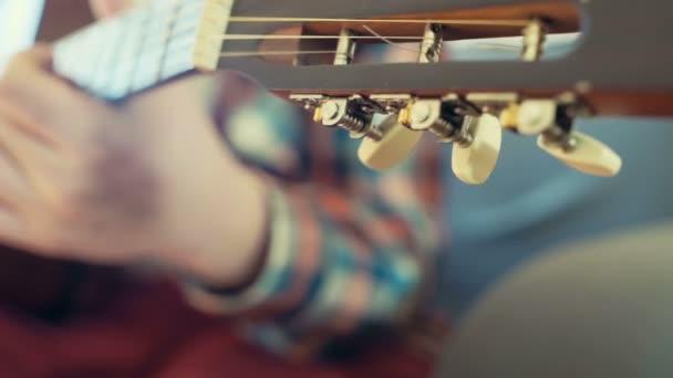 mužské ruky ladění akustická kytara záběr Zpomalený pohyb