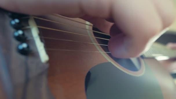 člověk hraje akustická kytara záběr struny Zpomalený pohyb