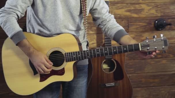 zavřít až mans ruce ladění akustická kytara zpomalené