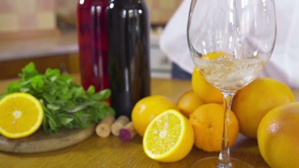 Žena, nalil bílé víno v skleněné záběr Zpomalený pohyb