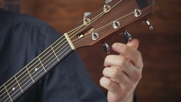 zblízka muž ladění zpomalené akustická kytara