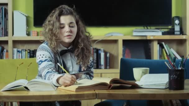 diáklány olvasni, és használ egy tabletta-lassú mozgás