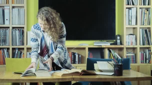 fáradt női diákok felkészülést a záróvizsgán az osztály szoba lassú mozgás
