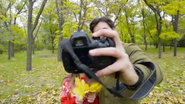 mladý pár, takže selfie s kamerou v podzimním parku