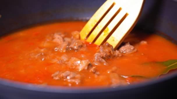 Vaření guláše v omáčce. Maďarská kuchyně je guláš. zpomalený pohyb