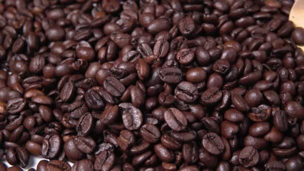 Ragrantní kávová zrna zblízka. dřevěná lžíce se kávová zrna
