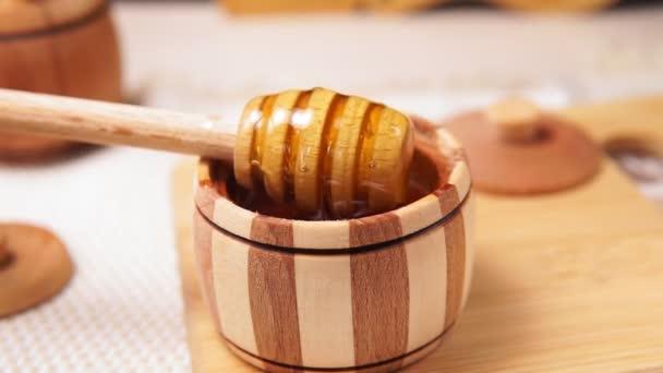 Zlato v dřevěné míse. Makro detailu. Zdravý organický med. selektivní zaměření