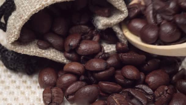 Vonná kávová zrnka zblízka. dřevěná lžička kávových zrn.