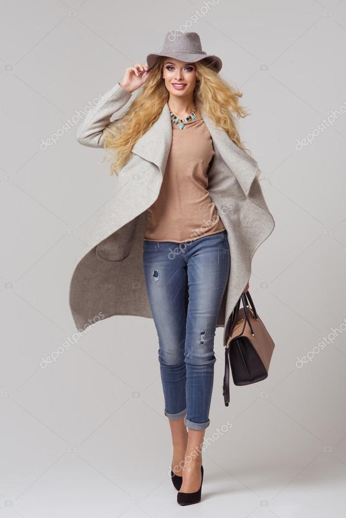 mannequin blonde en beaux v tements posant dans le studio. Black Bedroom Furniture Sets. Home Design Ideas