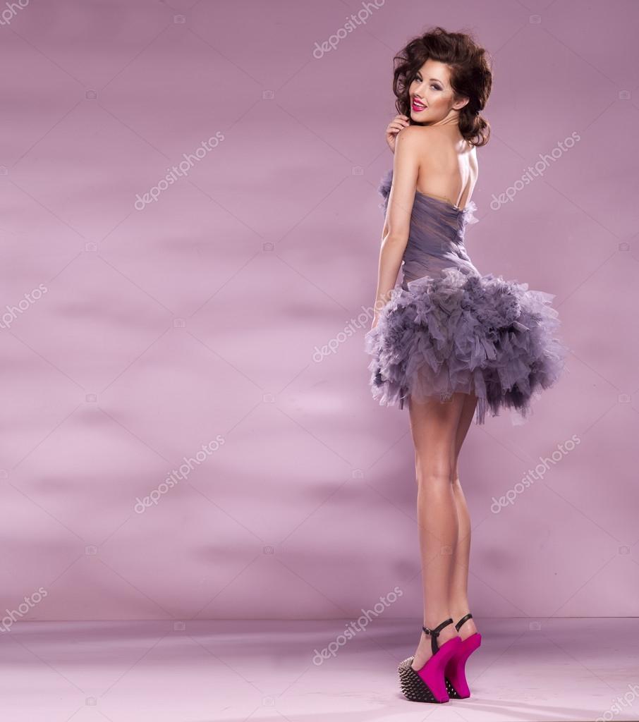 Mode gekleidet Sexy Girl. Frau lila Kleid und High Heels Rosa ...