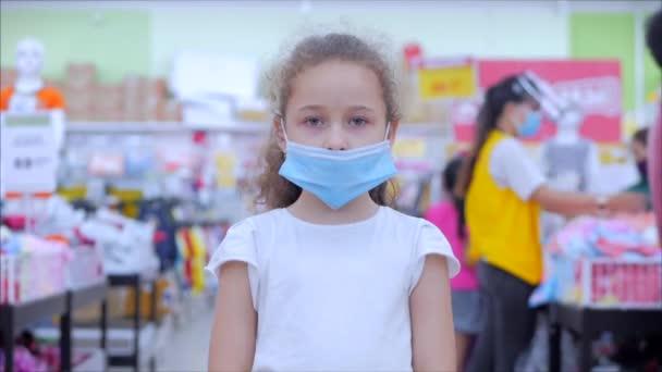 Korontin, lidé rychle nakupují.Dítě v obchodě v ochranné lékařské masce v hrozné epidemii koronaviru nebo virů, pozadí lidí v masce z viru, kteří nakupují v panice.