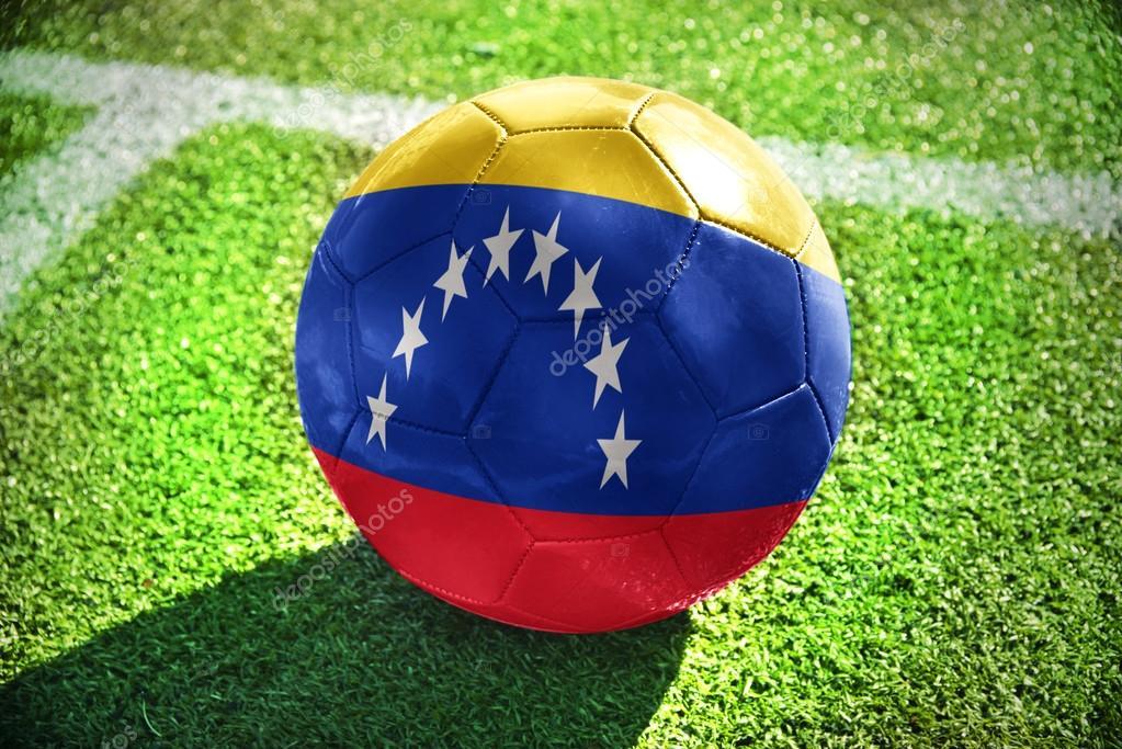 0ba607fe5f47e Pelota de futbol con la bandera nacional de venezuela se encuentra en el  campo verde cerca de la línea blanca — Foto de ...