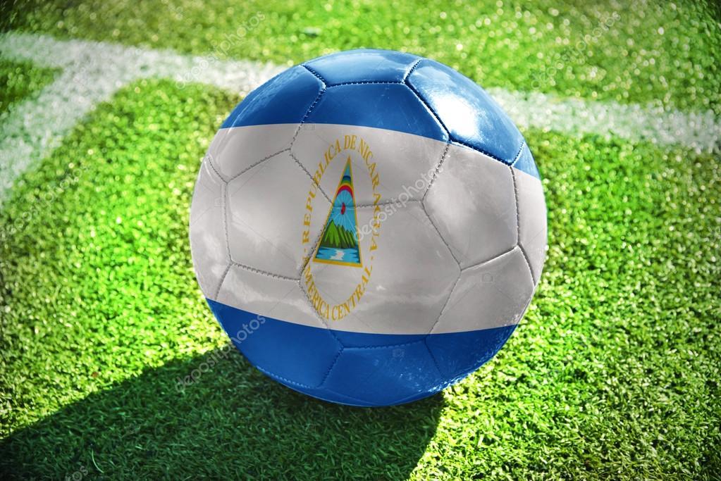 24b8ee7b7ce6b Pelota de futbol con la bandera nacional de nicaragua se encuentra en el  campo verde cerca de la línea blanca — Foto de Ruletkka