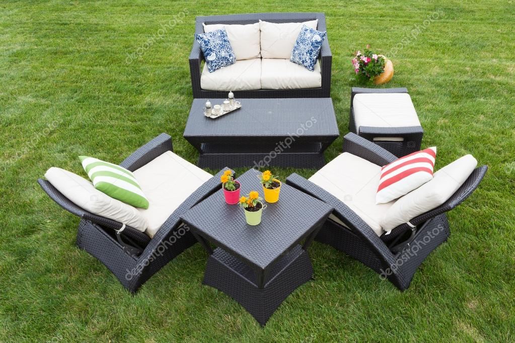 Komfortable tief moderne Gartenmöbel — Stockfoto © oocoskun #67886011