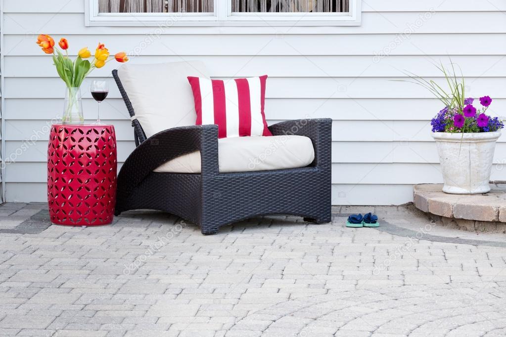 Einzelne Sessel Mit Roten Podest Tisch U2014 Stockfoto