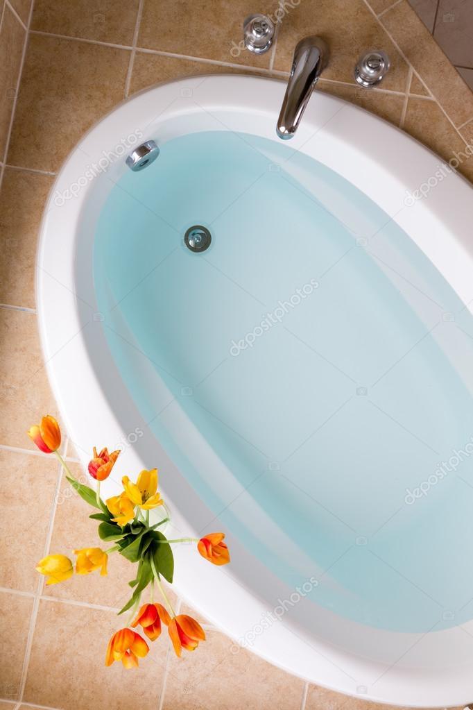 ovale badewanne mit sauberem wasser gef llt stockfoto oocoskun 87041670. Black Bedroom Furniture Sets. Home Design Ideas