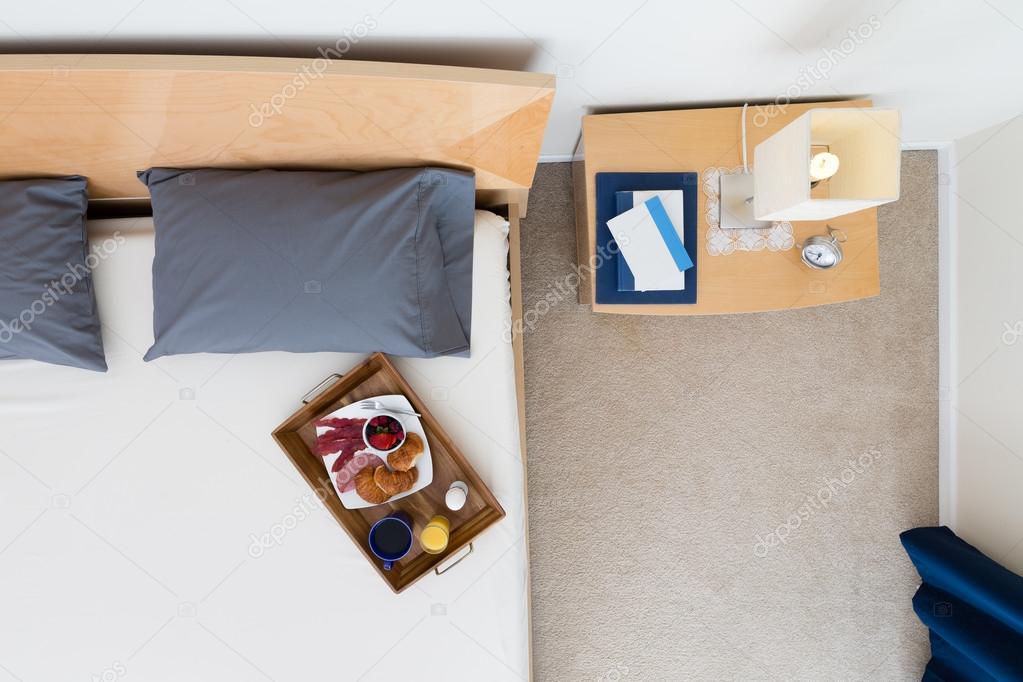 Angolo Del Letto : Vista di alto angolo del vassoio della colazione sul letto u2014 foto