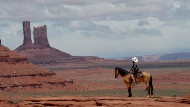 Mladá žena Monument Valley na koních v místě John Ford