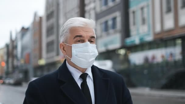 Senior gentleman nebo podnikatel na ulici v Amsterdamu v masce kvůli covid 19.