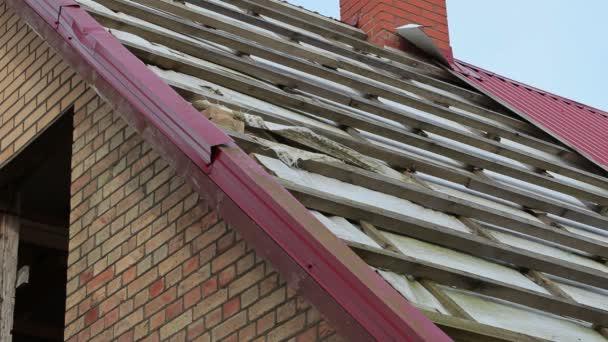 Stavební dělník zkontrolovat střechu domu