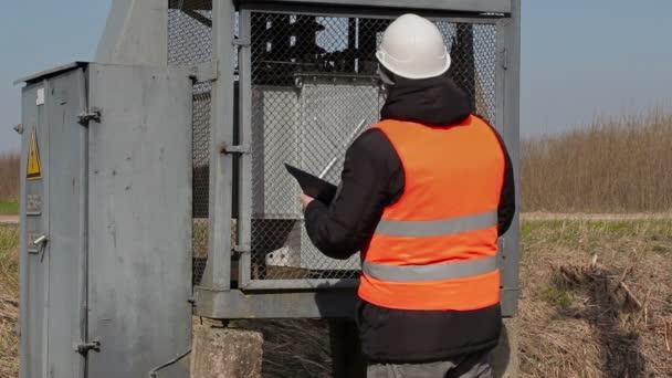 Elektrikář kontrolovat technický stav transformátor