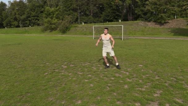 Mladý sportovec trénuje s rugby míč