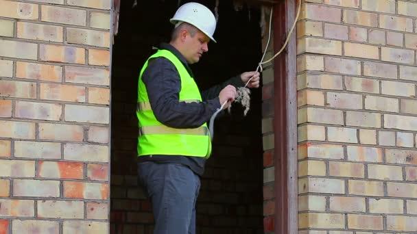 Stavební inspektor kontrolu poškozené kabely