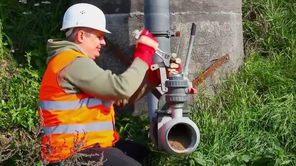 Dělník s nastavitelným klíčem, upevnění potrubí