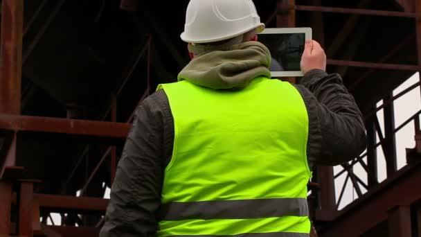 Ingenieur mit Tablet-PC gefilmt