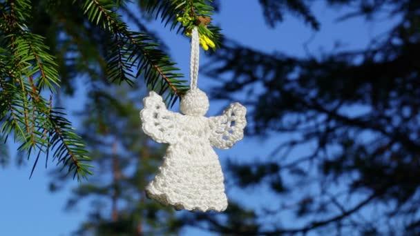 Bílý vánoční háčkování Angel na smrku v lese