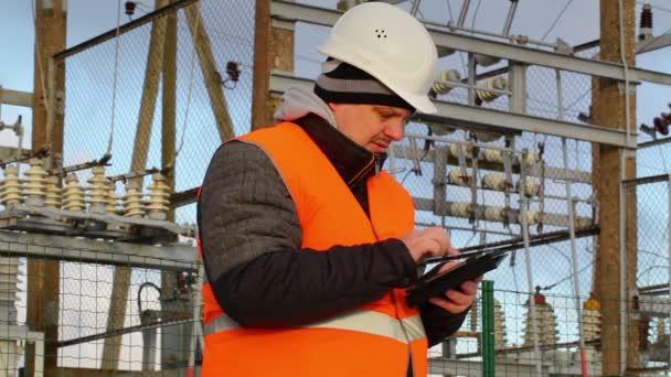 Elektrotechniker mit Tablet-PC fotografieren