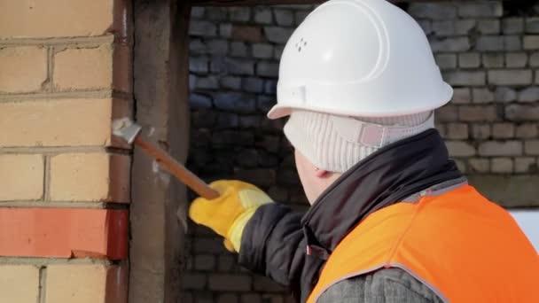 Pracovník ničí betonovou zeď
