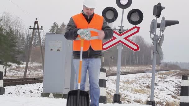 Muž u železnice